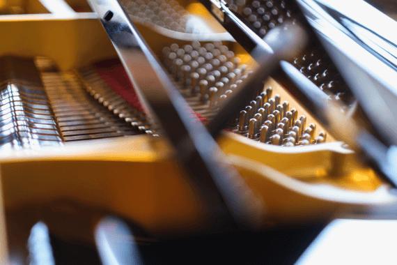 ピアノは幾千もの部品からできている精密機器です。